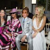 In der Front-Row von Valentino ist was los! Naomi Campbell und Gwyneth Paltrow haben viel Spaß beim gemeinsamen Posen mit dem Designer höchstpersönlich.