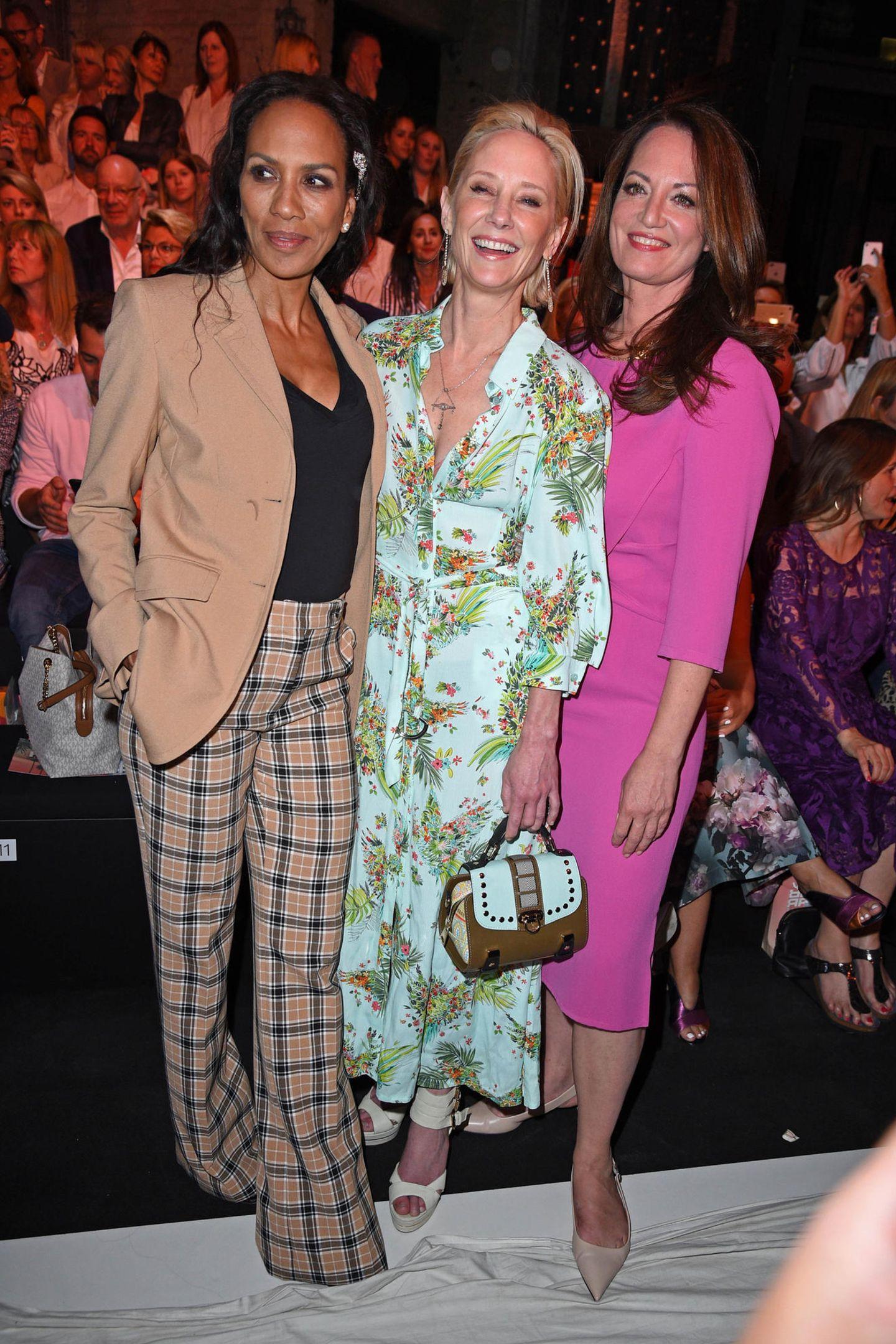 Gruppenbild mit Hollywood-Star: Barbara Becker und Natalia Wörner rahmen Anne Heche bei Riani ein.