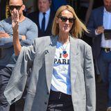"""Das Outfit von Céline Dion hält gleich zwei Schmunzler bereit: Zum einen erfreut uns der Aufdruck ihres Shirts sehr. """"I love Paris"""" steht dort in dicken Buchstaben. """"Hilton"""" in einer feineren Schrift darunter. Doch ist die Sängerin nicht nur Fan des blonden It-Girls. Auch """"Titanic"""" hat es ihr scheinbar angetan. Um ihren Hals trägt sie die Ocean-Kette, die Rose alias Kate Winslet im Film geschenkt bekommt."""