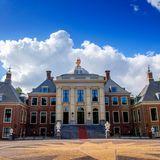 Erbaut im Jahr 1645 als Sommerresidenzfür den Gouverneur Prinz Friedrich Heinrich und seine Frau Prinzessin Amalia war der Palast bis 2014 der Wohnort der damaligen Königin Beatrix. Im Januar 2019 bezogen König Willem-Alexander mit Königin Máxima und ihren drei Prinzessinnen das beeindruckende Gebäude in Den Haag.