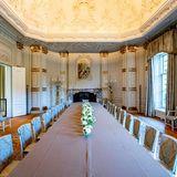 An dieserTafel haben sehr viele Gäste der königlichen Familie Platz.
