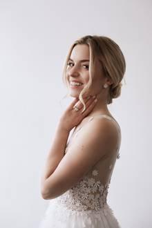 Beim Anblick der Braut zahlen sich die über 300 Stunden Atelierarbeit aber definitiv aus.