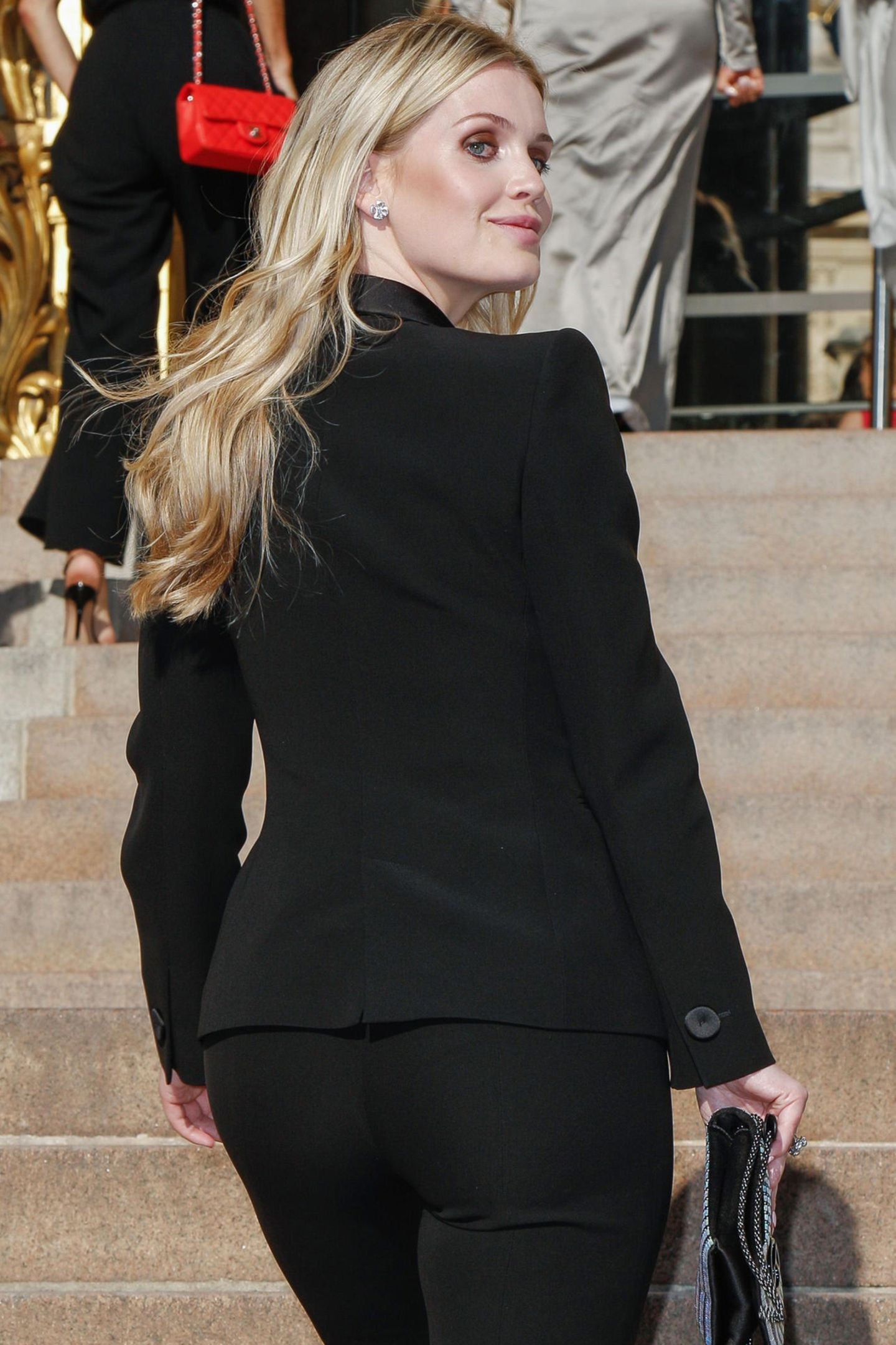 Den Blick über die Schulter beherrscht sie in diesem Look wie ein Profi!