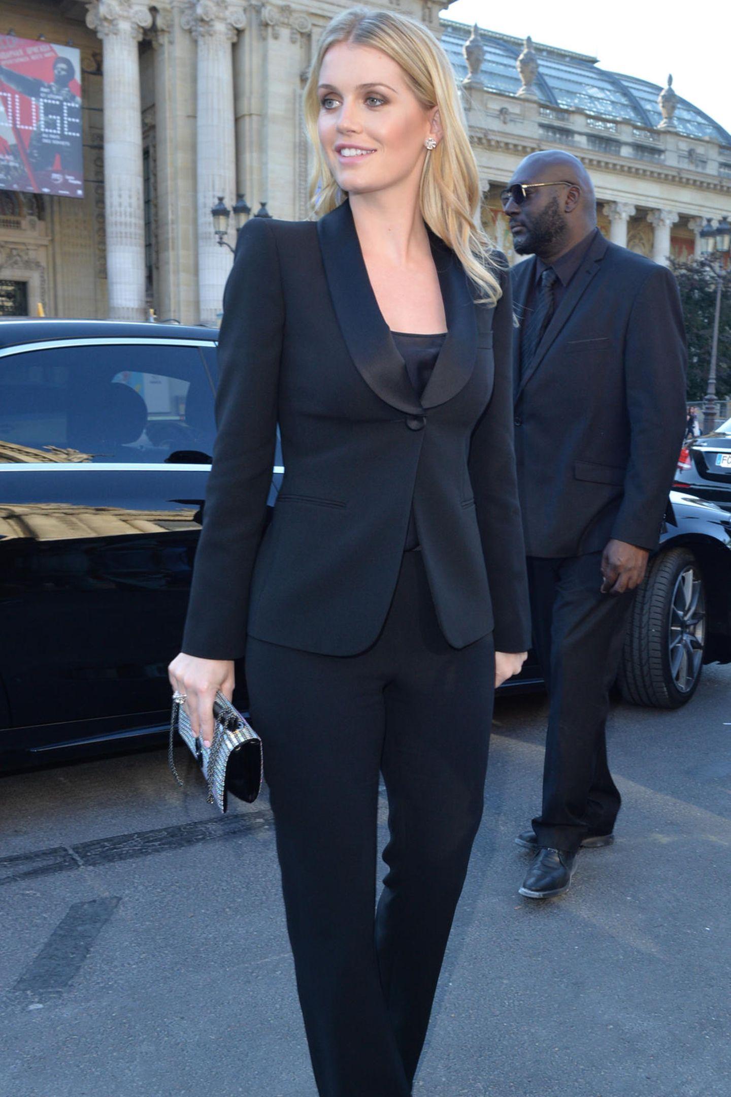 Im Rahmen derGiorgio Armani Privé Fashion Show in Paris setzt Lady Kitty Spencer auf einen Klassiker: ein schwarzer Zweiteiler der italienischen Marke.