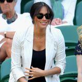 4. Juli 2019  Überraschung: An Tag vier besucht Herzogin Meghan das traditionsreiche britische Tennisturnier. Passend zum weißen Sport trägt sie einen hellen Blazer.