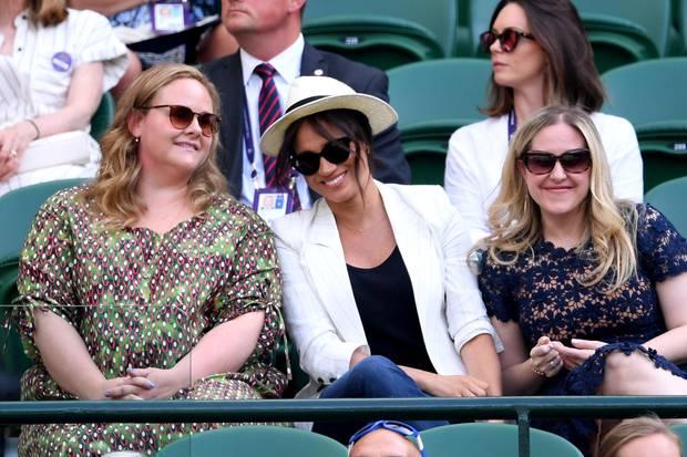 Genevieve Hillis, Herzogin Meghan undLindsay Roth feuern Tennisspielerin Serena Williams in Wimbledon an.