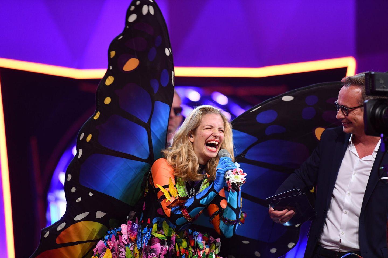 In der zweiten Show muss der Schmetterling seine Identität preisgeben. Besonders Ruth Moschner kann nicht fassen, dass sich ihre gute Freundin Schauspielerin Susan Sideropoulos unter dem Kostüm verbirgt.