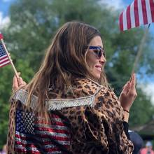 Ja, Jessica hat genug Flaggen, sogar eine glitzernde auf ihrer Leoprint-Jacke.