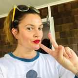 Und bei Drews Make-up darf an diesem Feiertag roter Lippenstift natürlich nicht fehlen.