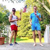 Familie Harris-Burtka feiert ihren Unabhängigkeitstag ganz gemütlich im Garten, in farblich passenden Outfits natürlich.