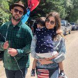 Jessica Biel erfreutihre Instagram-Fans mit diesem süßen Familienbild von Justin Timberlake und einem ganz müden Silas. Dazu stellt sie die Frage, ob sie wohl genug Flaggen dabei haben.