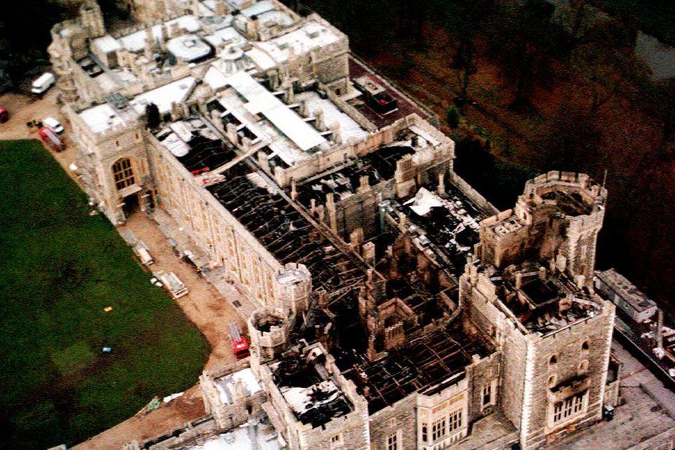Ein Luftaufnahme zeigt die Zerstörung im Schloss Windsor. Das Feuer hat etwa 9000 qm des Burggeländes zerstört.