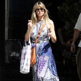 Nach dem Trubel der Pariser Fashion Week schlendert Heidi Klum in Birkenstock-Sandalen über dieRue Saint-Honore. Ungeschminkt und im bequemen Sommerkleid genießt sie mit Tom Kaulitz eine gemütliche Shopping Tour.