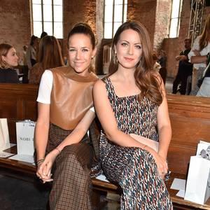 Alexandra Neldel und Alice Dwyer sitzen gemeinsam in der etwas anderen Front Row derBerlinerParochialkirche.