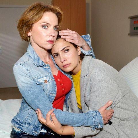 In Yvonnes (Gisa Zach, l.) Armen lässt Laura (Chryssanthi Kavazi) ihre Angst zu.