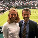Nach ihrem nur knapp verpassten Einzug ins Hauptfeld steht Tennis-Star Sabine Lisicki in diesem Jahr zwar nicht mehr auf dem berühmten Rasenplatz, dafür genoß sie jedoch die Ehre,in die Royal Box mit Blick auf den Centre Court eingeladen worden zu sein. Und dort hat sie nicht nur Prinz Frederik von Dänemark getroffen.
