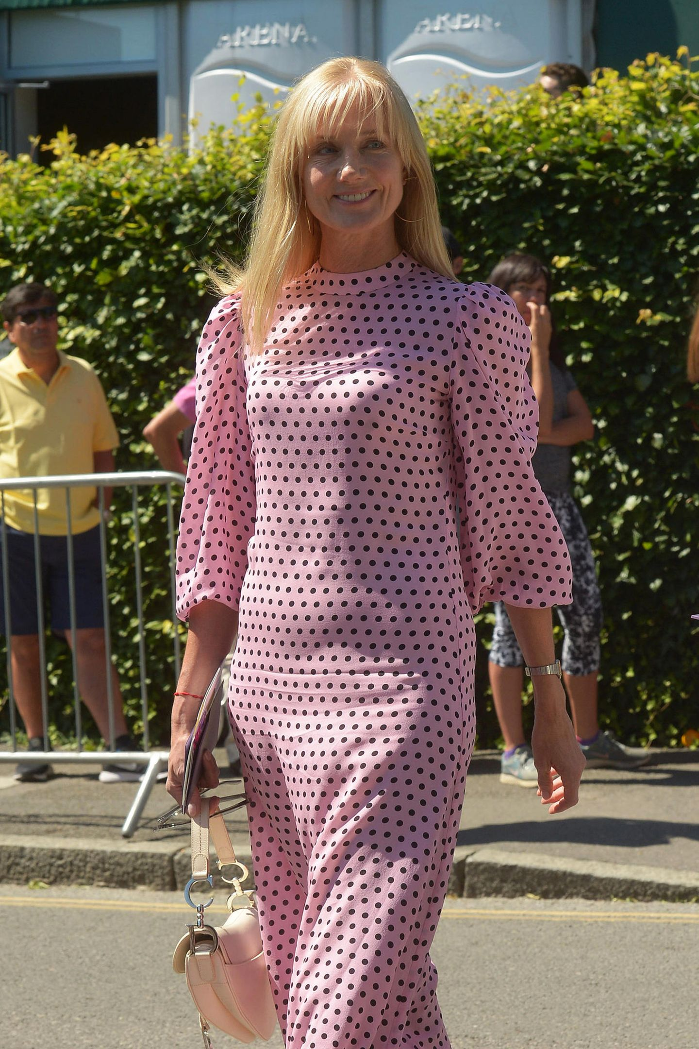 Joely Richardson hat sich im rosafarbenen Polka-Dot-Look auf den Weg zum Centre Court gemacht.