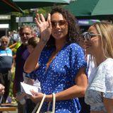 Eine gute gelaunte Lilly Becker winkt dem Fotografen in Wimbledon fröhlich zu.