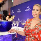 G+J e MS Fashion Brunch: Schauspielerin Lara-Isabelle Rentinck genießt einen kühlen Champagner auf Eis an der Pommery-Bar.