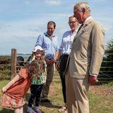4. Juli 2019  Der Knicks dieser kleinen Dame entlockt Prinz Charles beim Besuch desWaliser Taschenherstellers Hayley Hanson ein herzhaftes Lachen.