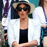 """Mit ihrem Überraschungsbesuchin Wimbledon begeistert Herzogin Meghan ihre Fans. Aufmerksam wie sie sind, fällt ihnen ein ganz besonderes Detail an der 37-Jährigen auf: eine filigrane Kette mit dem Buchstaben""""A"""" als Anhänger – eine liebevolle Widmung an ihren kleinen Sohn Archie! Doch anders als bisher angenommen, ist das schöne Schmuckstück kein Geschenk ihres Liebsten, Prinz Harry ..."""