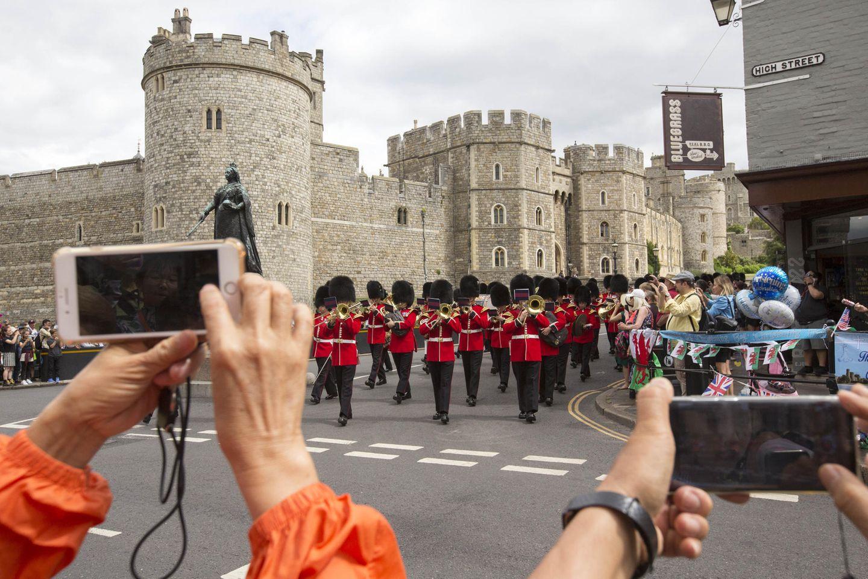 Zuschauer fotografieren die Wachablösung vor demWindsor Castle, während innen der kleine Archie getauft wird.
