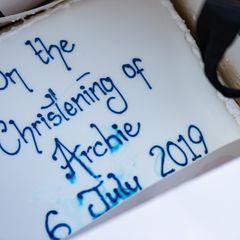 Archies Taufe muss gefeiert werden: Ein Fan hat sogar eine Torte mitgebracht.