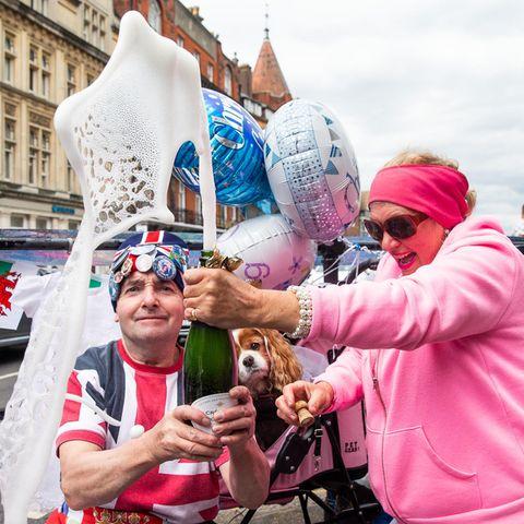 Lasst die Korken knallen: Britische Royal-Fans feiern vor dem Windsor Castle.