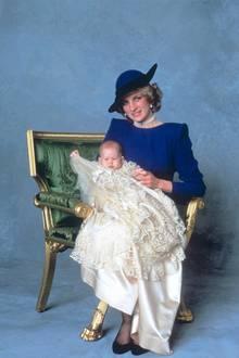 Denn auch Prinzessin Diana trägt die Collingwood-Ohrringe zur Taufe ihres Sohnes Prinz Harry im Jahr 1984.
