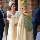 Eine Outfitwahl, die Herzogin Catherine bereits bei der Taufe ihres Sohnes Prinz Louis gut ein Jahr zuvor, am 9. Juli 2018, ebenfalls trifft. Das schlichte Kleid von Alexander McQueen strahlt in reinem Weiß und wird zu einem schicken Fascinator kombiniert. So steht der Täufling selbst im Mittelpunkt. Übrigens: Auch zur Taufe ihrer beiden anderen Kinder, Prinzessin Charlotte und Prinz George, wählt Kate Roben des selben Designers.