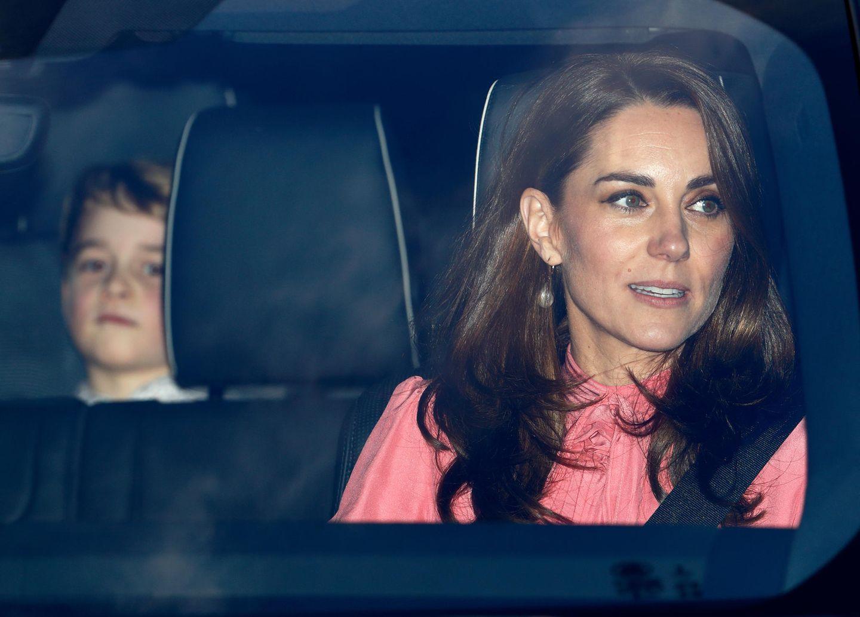 Zum traditionellen Weihnachtslunch von Queen Elizabeth im Jahr 2018 wird Herzogin Catherine ebenfalls in einem Kleid gesichtet, das dem von Archies Taufe verdächtig ähnlich sieht. Gut zu erkennen sind ebenfalls die große Schleife am Hals sowie die schönen Puffärmel.