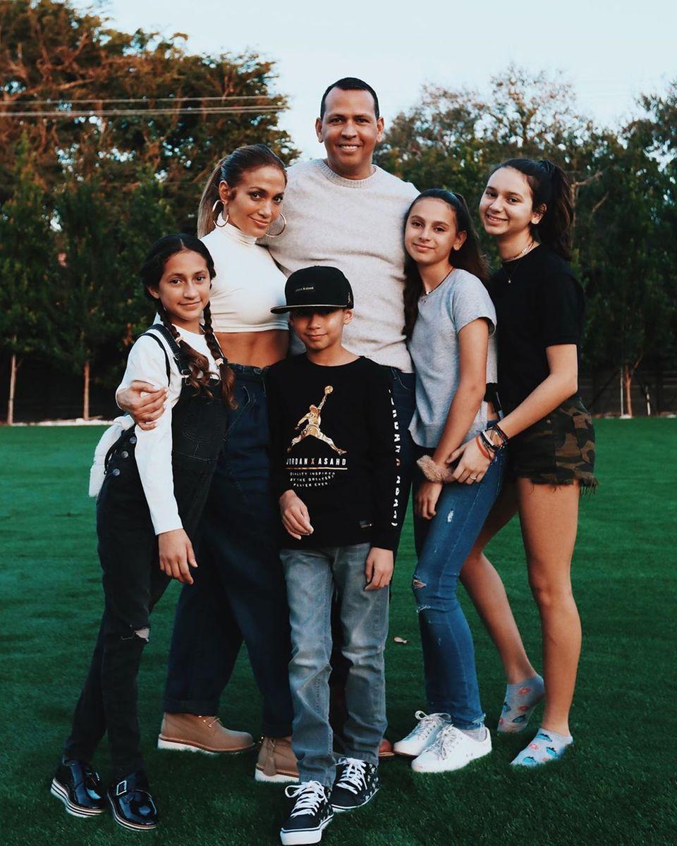 4. Juli 2019  Zum Independence Day posiert die berühmte Patchworkfamilie rund um Jennifer Lopez und Alex Rodríguez für ein tolles Gruppenfoto.