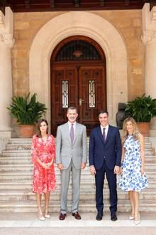 """Bereits am 6. August 2018 wird Königin Letizia in demselben roten Kleid gesichtet. In Palma de Mallorca wählt sie jedoch andere Accessoires zu ihrem Dress. So trägt sie beispielsweise anstelle von Pumps die berühmten """"Plaza Heels"""" von Steve Madden für rund 100 Euro. Zwei Fotos, die sich zum Verwechseln ähnlich sehen."""