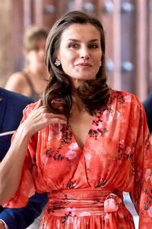 Letizias Blumen-Ohrringe ergänzen das florale Kleid optimal – ebenso ihre Clutch und Pumps in elegantem Nude. Ein Outfit, das die spanische Königin liebt und deshalb nicht das erste Mal trägt ...