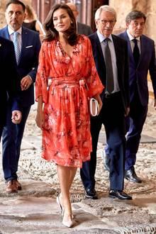 Wow, was für ein toller Auftritt von Königin Letizia! In ihrem roten Dress von Adolfo Dominguez für rund 480 Euro ist die 46-Jährige der Star bei einer Veranstaltung imspanischen La Rioja. Das Midi-Dress mit einem tiefen V-Ausschnitt wird an der Taille gewickelt und zaubert der Brünetten eine wunderschöne Silhouette.