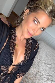 In Seide und schwarze Spitze verpackt Sylvie Meis ihr schönes Dekolleté und setzt es für Instagram gekonnt in Szene. Verschmitzt guckt die 41-Jährige während der Aufnahme in die Kamera und kann sich zahlreicher Komplimente zu dem Foto sicher sein.
