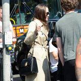 Super Kombi: Zu ihrem sportiven Outfit kombiniert Angelina nicht nur eine Luxus-Handtasche, sondern sorgt mit ihrem beigefarbenen Trenchcoat für ein weiteres modisches Highlight. Wir sind begeistert!