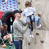 7. Juli 2019  Hoch hinaus: Hayden Christensen ist mit seiner Tochter Briar Rose auf dem Farmers Market und übt mit ihr den Aufstieg an der Kletterwand.