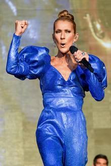 Triumphierend reckt sie bei diesem schimmernden 80s-Look die Faust in die Luft: Sie hat es schon wieder geschafft uns mit ihrer Outfitwahl die Sprache zu verschlagen.