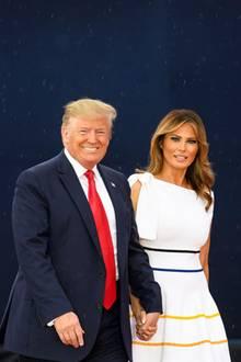 """Am 4. Juli feiern die Amerikaner den Unabhängigkeitstag. Zum """"Salute to America"""" erscheint First Lady Melania Trump in einem One-Shoulder-Dress von Carolina Herrera."""