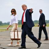 Beim Abflug in Richtung Wochenende setzte Melania Trump auf einen bequemeren Look: Sie kombiniert eine beigefarbene Hose mit einer weißen Bluse und Sneakern.