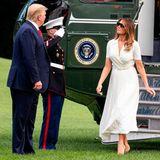 Nach einem Wochenende im Bedminster Golf Resort kehren Melania und Donald Trump zurück nach Washington. Die First Lady trägt ein wunderschönes helles Midikleid von Ralph Lauren und beigefarbene Lackpumps von Christian Louboutin, die ihr beinahe zum Verhängnis werden ...
