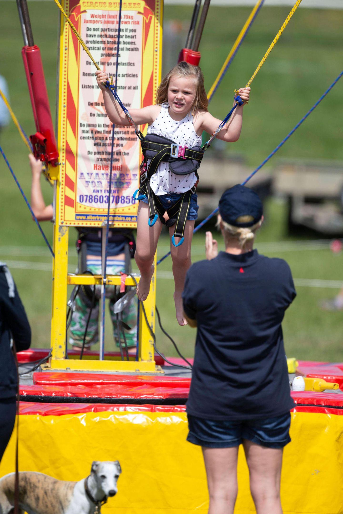 7. Juli 2019  Mia Tindall ist auch auf dem Bungee-Trampolin für Kids nicht zu bändigen. Mama Zara Tindall, die bei den Barbury Horse Trials in Marlborough gerade noch auf ihrem Pferd saß, feuert ihre energiegeladene Tochter ordentlich an.