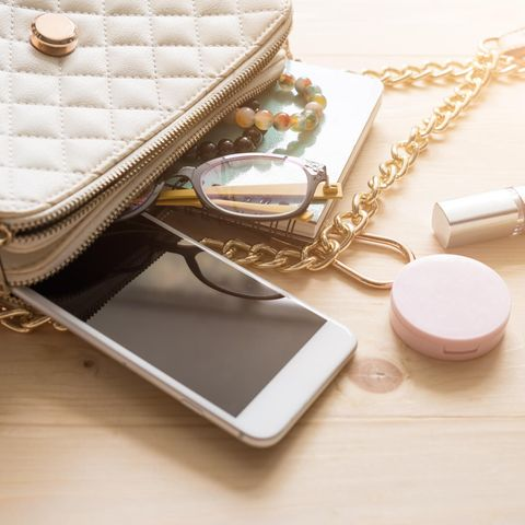 Handykette, Handtasche, Handy, Brille, Armbänder, Kosmetik, Lippenstift, Notizbuch, Holztisch