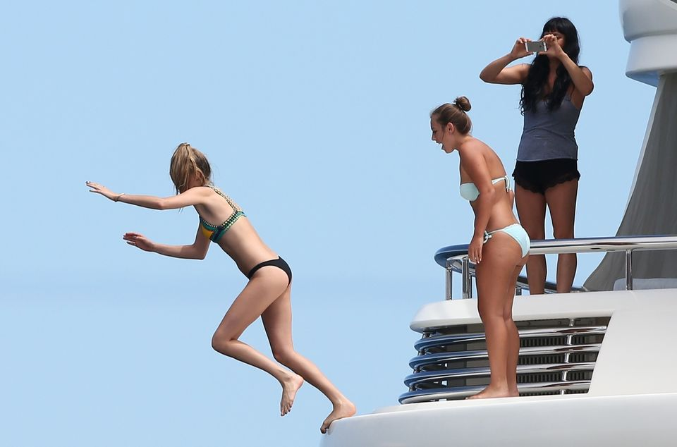 Unter Anfeuerung ihrer Freundinnen nimmt Cara Delevingneauf einer Jacht vor Saint Tropez Anlauf ...