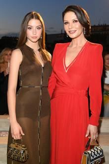 Catherine Zeta Jones wurde zur Fashion Show von Fendi von ihrer wunderschönen Tochter begleitet. Carys Zeta Jones ist zwar erst 16 Jahre alt, steht ihrer berühmten Mutter aber in nichts nach. Im Gegenteil:In ihrem transparenten Kleid stiehlt sie der Schauspielerin schon fast die Show.