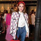 Alexandra Lapp zeigt sich gewohnt stilsicher und setzt mit knallroten Accessoires tolle Akzente.