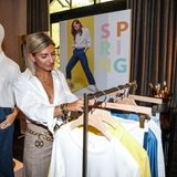 Zu ihrem Outfit von BRAX kombiniert Fashionista Aylin König goldene Accessoires.