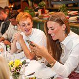 Natürlich wird beim Influencer Lunch dank Smartphone fast alles dokumentiert: Erik Scholz und Caterina Schwaier.