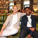 """Kevin Pabel und Gaius Speth posieren vor der traumhaften Kulisse des """"Grace""""-Restaurants im Berliner Hotel Zoo."""